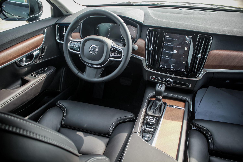 Volvo S90 khoang lái với bảng điều khiển hiện đại